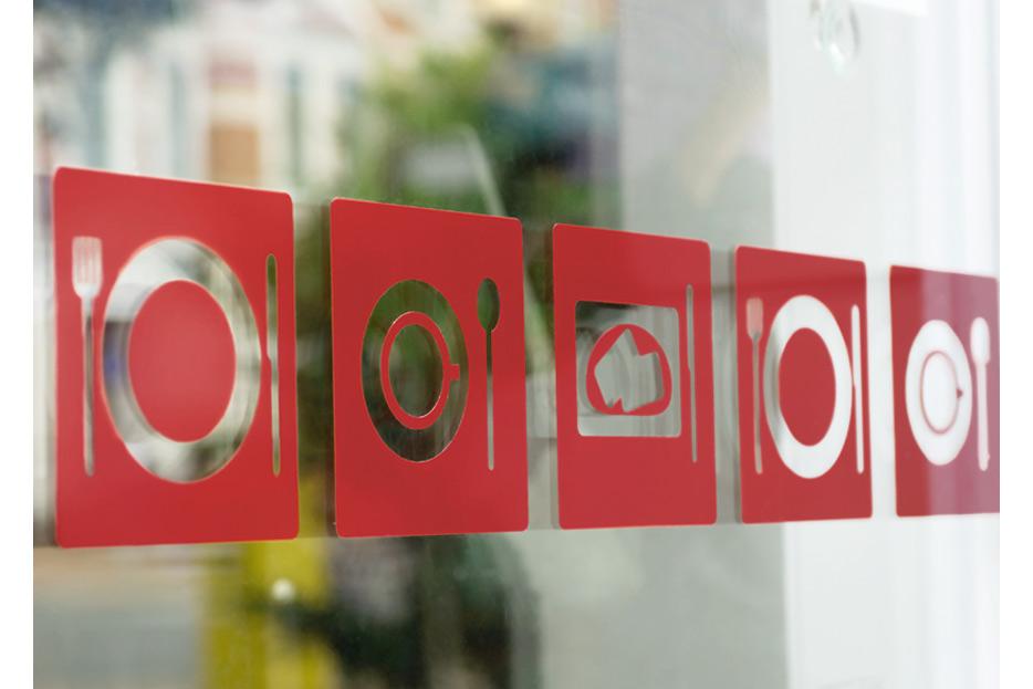 Fensterbeklebung mit Icons im café fofftein in der Oststadt Hannover gestaltet von stefanie lombert : grafikdesign Hannover