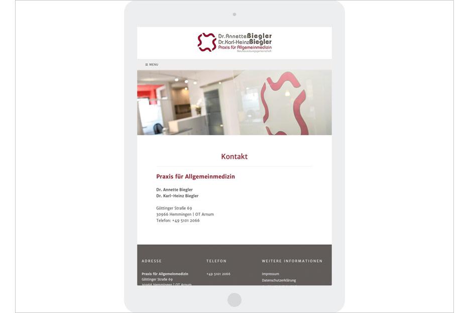 """Unterseite """"Kontakt"""" in Tablet-Ansicht des Internetauftritts der Arztpraxis Dr. Biegler aus Hemmingen/Ortsteil Arnum gestaltet von stefanie lombert : grafikdesign Hannover"""