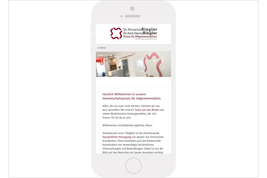 Mobile Startseite des Internetauftritts der Arztpraxis Dr. Biegler aus Hemmingen/Ortsteil Arnum gestaltet von stefanie lombert : grafikdesign Hannover