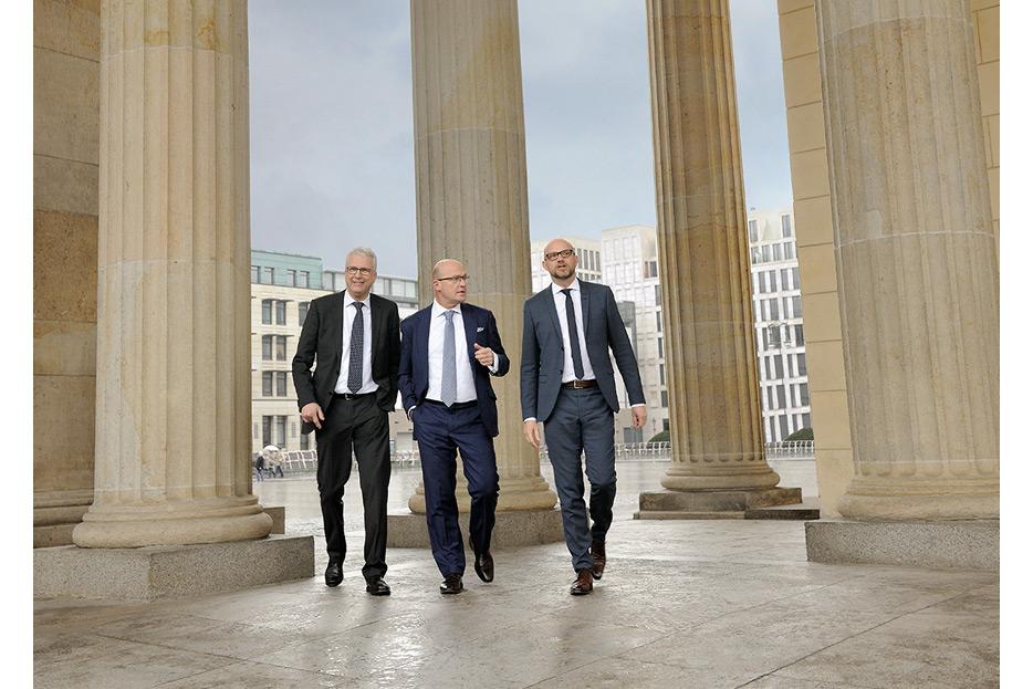 Bildbearbeitung 3 Geschäftsführer unter Brandenburger Tor für den Geschäftsbericht 2015 Francotyp-Postalia von stefanie lombert : grafikdesign Hannover