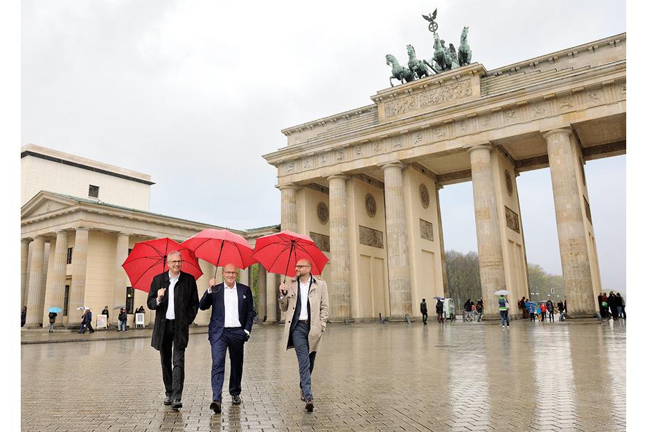Bildbearbeitung 3 Geschäftsführer vor Brandenburger Tor für den Geschäftsbericht 2015 Francotyp-Postalia von stefanie lombert : grafikdesign Hannover