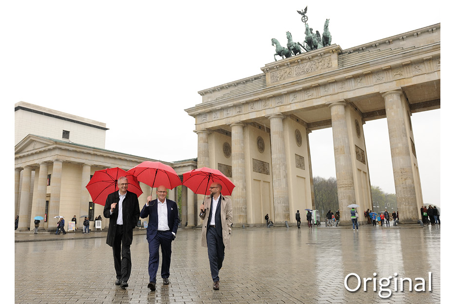 Originalaufnahme vor Bildbearbeitung 3 Geschäftsführer vor Brandenburger Tor für den Geschäftsbericht 2015 Francotyp-Postalia von stefanie lombert : grafikdesign Hannover