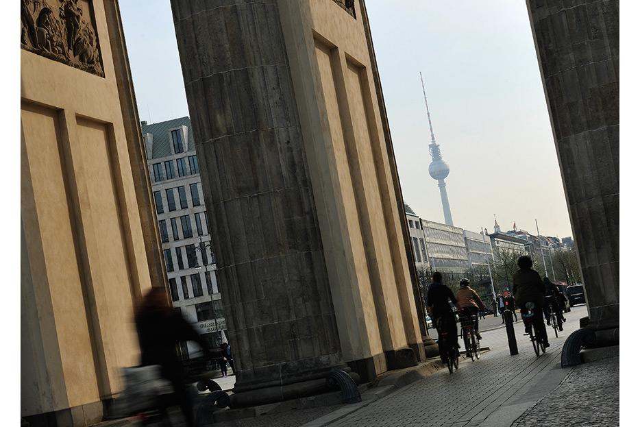 Bildbearbeitung Blick durch Brandenburger Tor für den Geschäftsbericht 2015 Francotyp-Postalia von stefanie lombert : grafikdesign Hannover