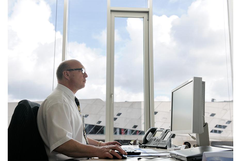 Bildbearbeitung Mann am Schreibtisch für den Geschäftsbericht 2015 Francotyp-Postalia von stefanie lombert : grafikdesign Hannover
