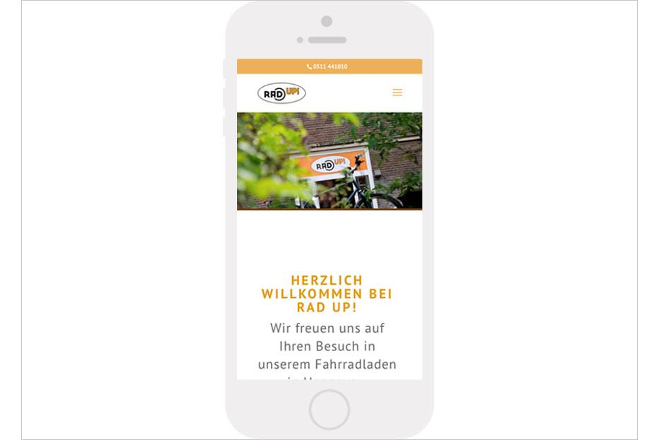 Mobile Startseite des Internetauftritts des Fahrradladens RRA UP! aus Hannover-Linden gestaltet von stefanie lombert : grafikdesign Hannover