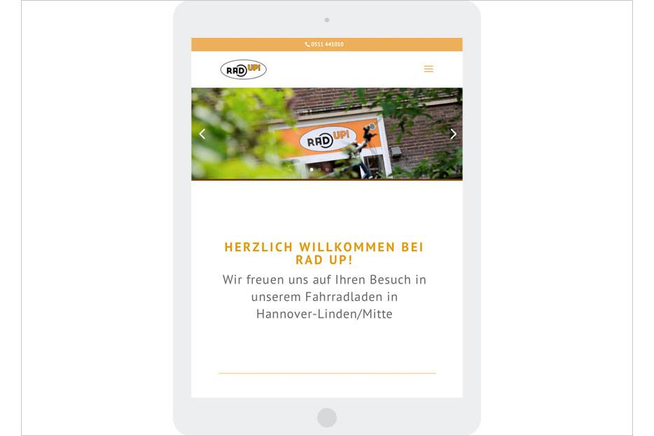Startseite in Tablet-Ansicht des Internetauftritts des Fahrradladens RRA UP! aus Hannover-Linden gestaltet von stefanie lombert : grafikdesign Hannover